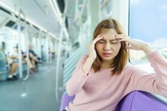 Retrato del dolor de cabeza de la mujer joven o mareado mientras que toma el cielo imágenes de archivo libres de regalías