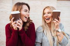 Retrato del dos muchachas de risa felices Fotos de archivo libres de regalías