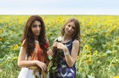 Retrato del dos mujeres jovenes felices hermosas con el pelo largo adentro Imagen de archivo