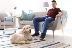 Retrato del dueño con su perro amistoso fotos de archivo