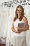 Retrato del dueño de tienda nupcial de sexo femenino con la tableta de Digitaces Fotos de archivo