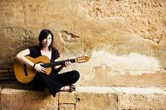 Retrato del ejecutante de la guitarra Imagen de archivo libre de regalías