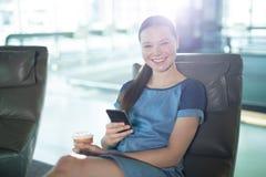 Retrato del ejecutivo de sexo femenino que usa el teléfono móvil fotos de archivo
