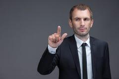 Retrato del ejecutivo que señala gestos del finger imagen de archivo