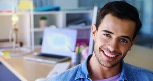 Retrato del ejecutivo sonriente 4k almacen de video