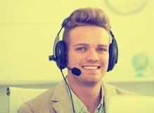 Retrato del empleado de sexo masculino con las auriculares Fotografía de archivo libre de regalías