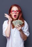 Retrato del empresarias en la camisa blanca con el dinero Imagen de archivo