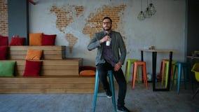 Retrato del empresario acertado del hombre de negocios que trabaja en la sonrisa ocupada de la oficina Retrato: Hombre joven mode almacen de metraje de vídeo