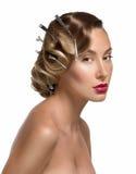 Retrato del encanto de la muchacha atractiva en la ropa interior de encaje que hace el peinado Imagenes de archivo