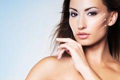 Retrato del encanto de la mujer joven y atractiva en maquillaje fotos de archivo libres de regalías