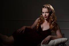 retrato del encanto de los años 40 en el sofá Fotografía de archivo libre de regalías