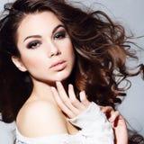 Retrato del encanto del modelo hermoso de la mujer con maquillaje diario fresco y el peinado ondulado romántico. fotografía de archivo libre de regalías