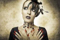 Retrato del encanto en el estilo retro de la mujer de la belleza Foto de archivo libre de regalías