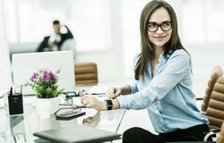 Retrato del encargado Finance en el lugar de trabajo en una oficina moderna Foto de archivo