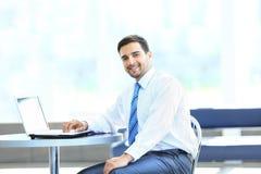 Retrato del encargado ocupado que mecanografía en el ordenador portátil Foto de archivo libre de regalías