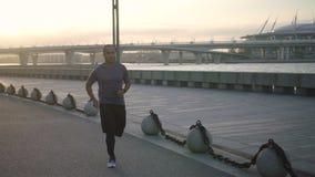 Retrato del entrenamiento africano del basculador para el maratón al aire libre almacen de metraje de vídeo
