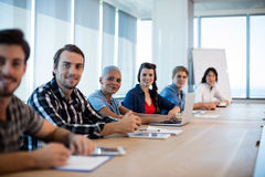 Retrato del equipo creativo del negocio que se sienta en la sala de conferencias Foto de archivo