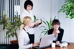 Retrato del equipo de empresarias en oficina Imagenes de archivo