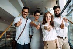 Retrato del equipo joven acertado de empresarios Imagen de archivo libre de regalías