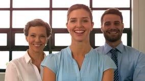 Retrato del equipo sonriente del negocio que se coloca con los brazos cruzados almacen de video