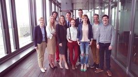 Retrato del equipo sonriente del negocio y de la publicidad almacen de metraje de vídeo