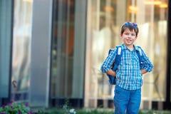 Retrato del escolar lindo con la mochila Fotos de archivo
