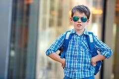 Retrato del escolar lindo con la mochila Imagen de archivo libre de regalías