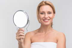 Retrato del espejo hermoso de la tenencia de la mujer Imagenes de archivo