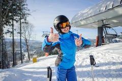 Retrato del esquiador de sexo femenino en el top de la cuesta del esquí Fotos de archivo