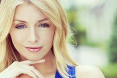 Retrato del estilo de Instagram de la mujer rubia con los ojos azules Imagenes de archivo
