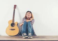 Retrato del estilo de la mujer del inconformista que se enfría con la mirada de la guitarra tan feliz Imagenes de archivo