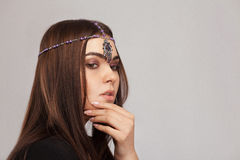 Retrato del estilo de Vogue de la mujer morena hermosa con el ornam del pelo Imagen de archivo