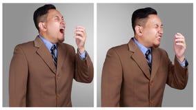 Retrato del estornudo asiático joven del hombre de negocios, hombres de negocios enfermos imagenes de archivo