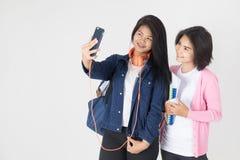 Retrato del estudiante asiático feliz con efectos de escritorio Foto de archivo