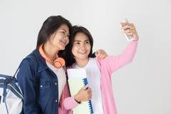 Retrato del estudiante asiático feliz con efectos de escritorio Fotos de archivo