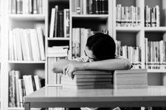 Retrato del estudiante asiático listo agotado para leer Imágenes de archivo libres de regalías