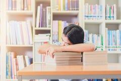 Retrato del estudiante asiático listo agotado para leer Foto de archivo libre de regalías