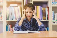 Retrato del estudiante asiático listo agotado para leer y hacer Fotos de archivo libres de regalías