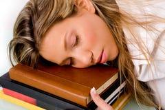 Retrato del estudiante durmiente en el libro Foto de archivo libre de regalías