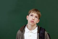 Retrato del estudiante en el fondo de la pizarra Imagen de archivo libre de regalías