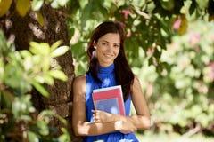 Retrato del estudiante en la escuela, mujer joven feliz con la universidad BO Imagenes de archivo