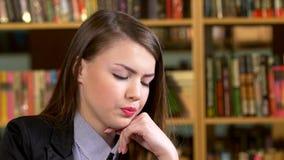 Retrato del estudiante en una biblioteca Hermoso almacen de metraje de vídeo