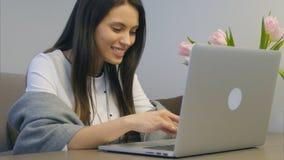 Retrato del estudiante feliz que trabaja con el ordenador portátil y la sonrisa Imagen de archivo libre de regalías