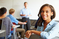 Retrato del estudiante femenino In Classroom de la High School secundaria imagen de archivo libre de regalías