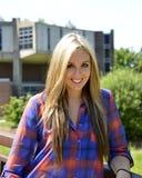 Retrato del estudiante femenino en campus de la universidad Imagenes de archivo