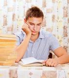 Retrato del estudiante joven que está aprendiendo difícilmente Imagen de archivo