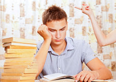 Retrato del estudiante joven que está aprendiendo difícilmente Fotografía de archivo libre de regalías