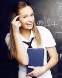 Retrato del estudiante lindo feliz con el libro en sala de clase Fotos de archivo libres de regalías