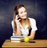 Retrato del estudiante lindo feliz con el libro en sala de clase Imágenes de archivo libres de regalías