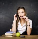 Retrato del estudiante lindo feliz con el libro en sala de clase Fotos de archivo